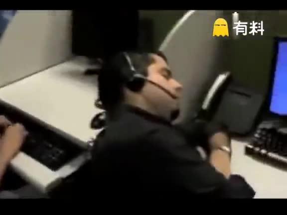 #刺激视频#男子上班時不小心睡着 全体同事躲起来骗他 这样的逗逼同事没sei了.