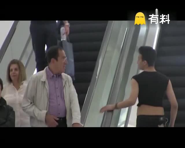 电梯摸手撩汉!小哥,你穿这样是想被怼呢!!!第二个画面太美了!互撩!!哈哈哈哈