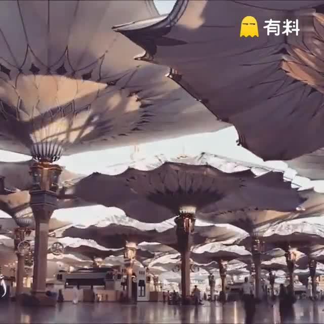 这个超美的巨型自动伞不是科幻影片场景,是沙特阿拉伯圣城Medina的一座清真寺广场,专为朝圣者设置的。科技和艺术完美结合的工艺设计。。。美呆了!