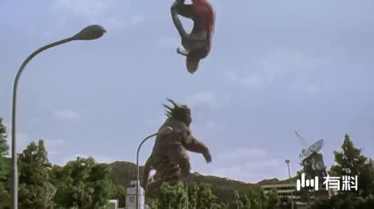 迪迦被怪兽蹂躏,脑袋都要被踢烂了!危急时刻拿电线杆电怪兽