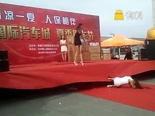 #实拍美女模特从台上摔下!#